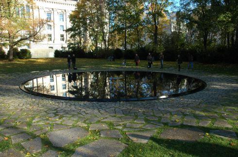 Mahnmal_für_Sinti_und_Roma_2012-10-26_01